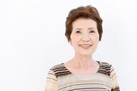 笑顔のシニア日本人女性
