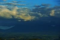 北海道 美瑛の丘と十勝岳連峰と飛行機