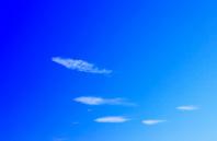 青空と雲 5匹の魚のイメージ