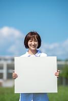 ホワイトボードを持つ介護士の女性