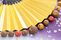 一列に並ぶイノシシと扇子 干支のクラフト