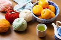 ミカンと編み物