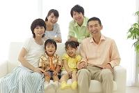 ソファーに座る日本人の三世代家族