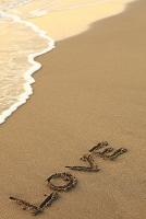 神奈川県 波打ち際の砂浜に書かれたLOVEの文字