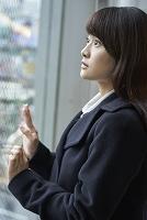 窓辺に立つ日本人女性