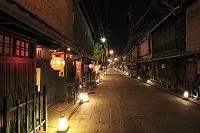 京都府 ライトアップされた祇園の町並み