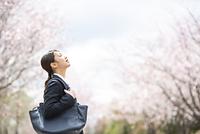 桜並木の前で目をつぶるフレッシャーズ