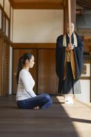 座禅体験をする日本人女性 日本の文化