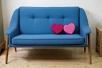 ハートのクッションの置かれたソファ