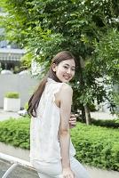 散歩する20代日本人女性