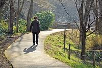 道を歩く老紳士