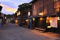 京都府 夕暮れ時の上七軒の町並み