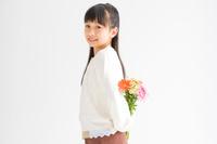 背中側に花束を持っている日本人の女の子