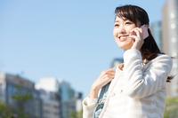 通話している日本人女性
