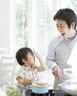 キッチンに立つ日本人親子