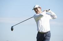ゴルフをする中高年日本人男性