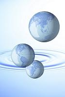 水の波紋と地球儀