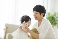 子育てイメージ 日本人の若い父親と女の子の赤ちゃん