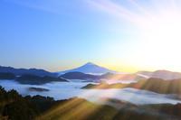 静岡県 清水吉原から望む夜明けの富士山と雲海の山並み