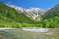 長野県 松本市 新緑の上高地から望む穂高連峰と梓川