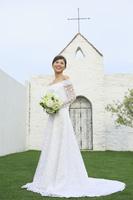 チャペルの前に立つ幸せな花嫁