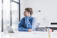 デスクワークする外国人ビジネス女性