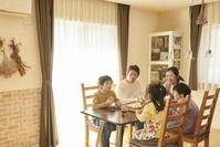 おやつを食べる日本人家族