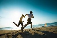 砂浜を走る若い男性