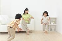 リビングで遊ぶ子供達と見守るお母さん