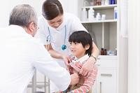 診察を受ける男の子と医師と看護師