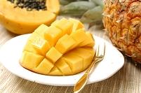 カットされたマンゴーとパパイヤとパイナップル