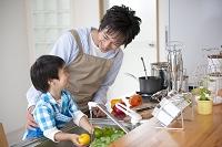 料理をする父と息子