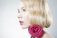 花を持った外国人女性