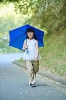 傘をさす日本人の女の子