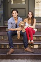 犬を飼う若いカップル