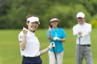 ゴルフをする日本人家族
