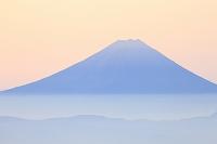 山梨県 国師ヶ岳 夜明けの富士山と霞む山並み