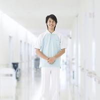 廊下に立つ介護士