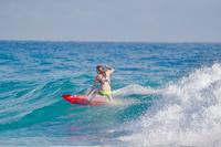 サーフィンをする若い女性