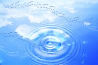 水面に映る青空と譜面