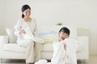 まっ白なタオルをたたむお母さんと女の子