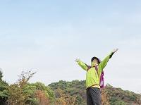 両手を上げる中高年日本人男性