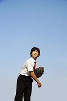 キャッチボールをする男子中学生