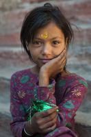 ネパールの民族衣装の少女
