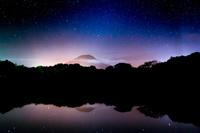 鳥取県 池に映る伯耆大山と夜空