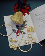 クリスマスカードと金色のアクセサリー
