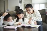 リビング学習をする日本人の子供