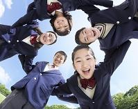 円陣を組む中学生の男女