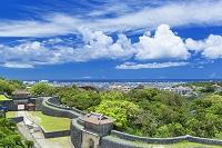 沖縄県 首里城と那覇市街と積乱雲