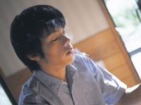 煙草をくわえる日本人男性
